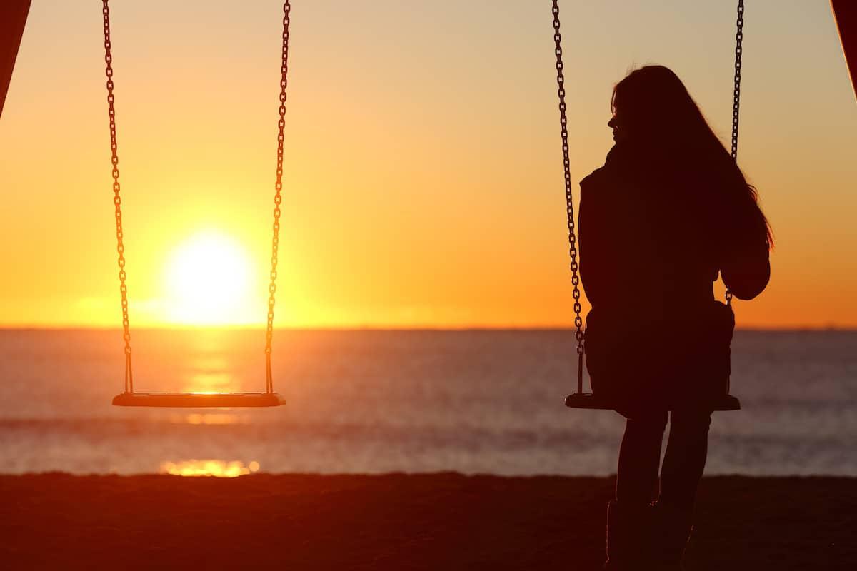 femme seule sur une balançoire