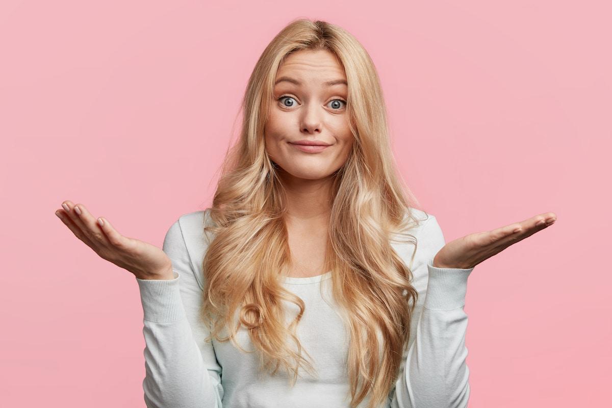 femme blonde étonnée
