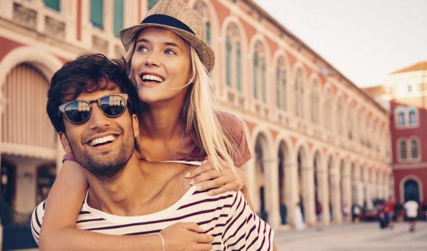couple amoureux en centre ville