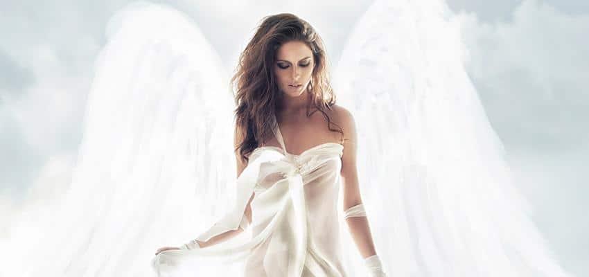 ange gardien aillé dans le ciel