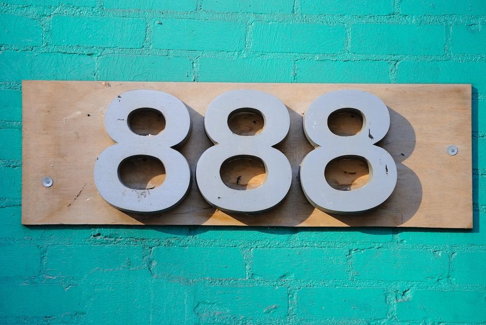 nombre 888 sur un mur bleu