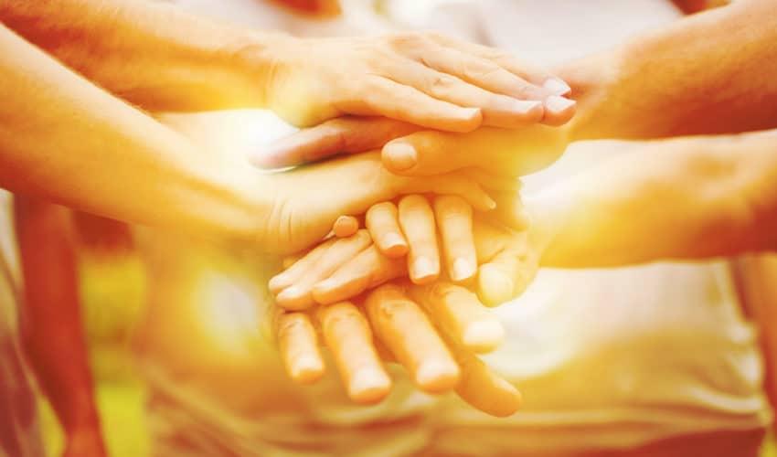 mains posées les uns sur les autres