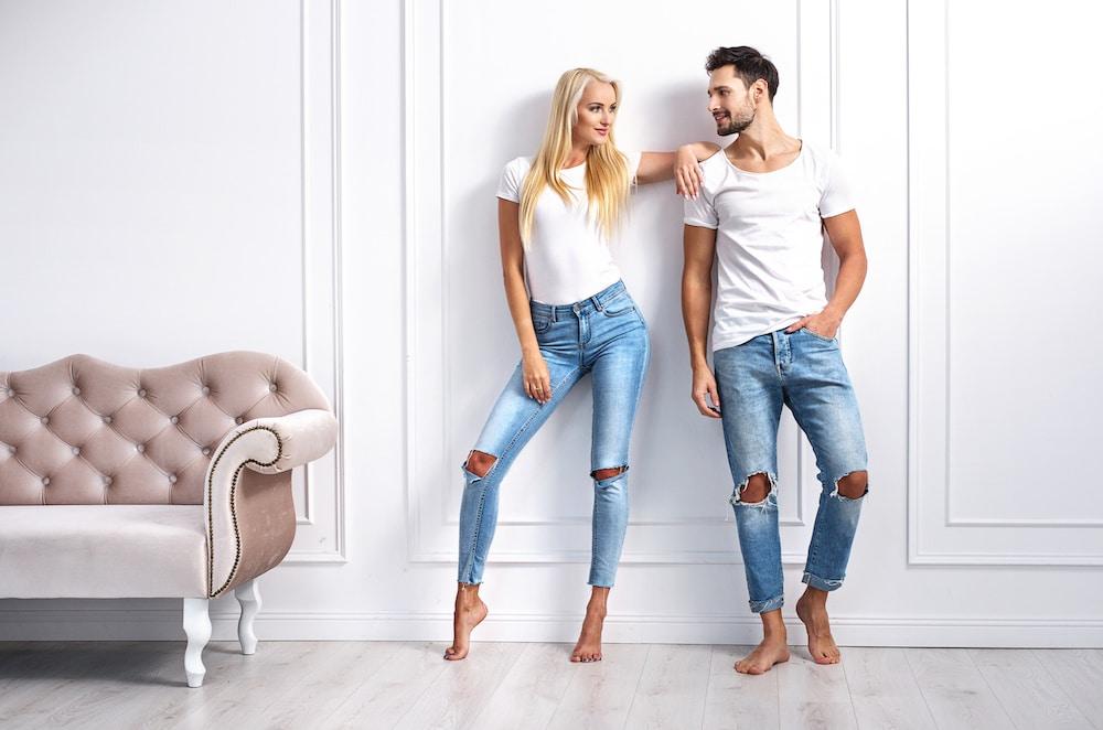 jeune couple habillé pareil