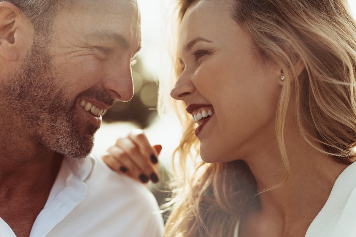 couple trentenaire amoureux