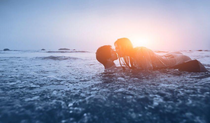 relation entre un couple dans la mer