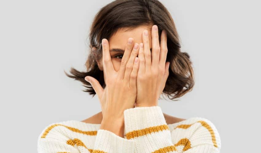 femme qui a honte (un défaut ?)