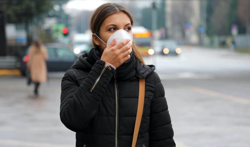 Femme dans la rue avec un masque chirurgical