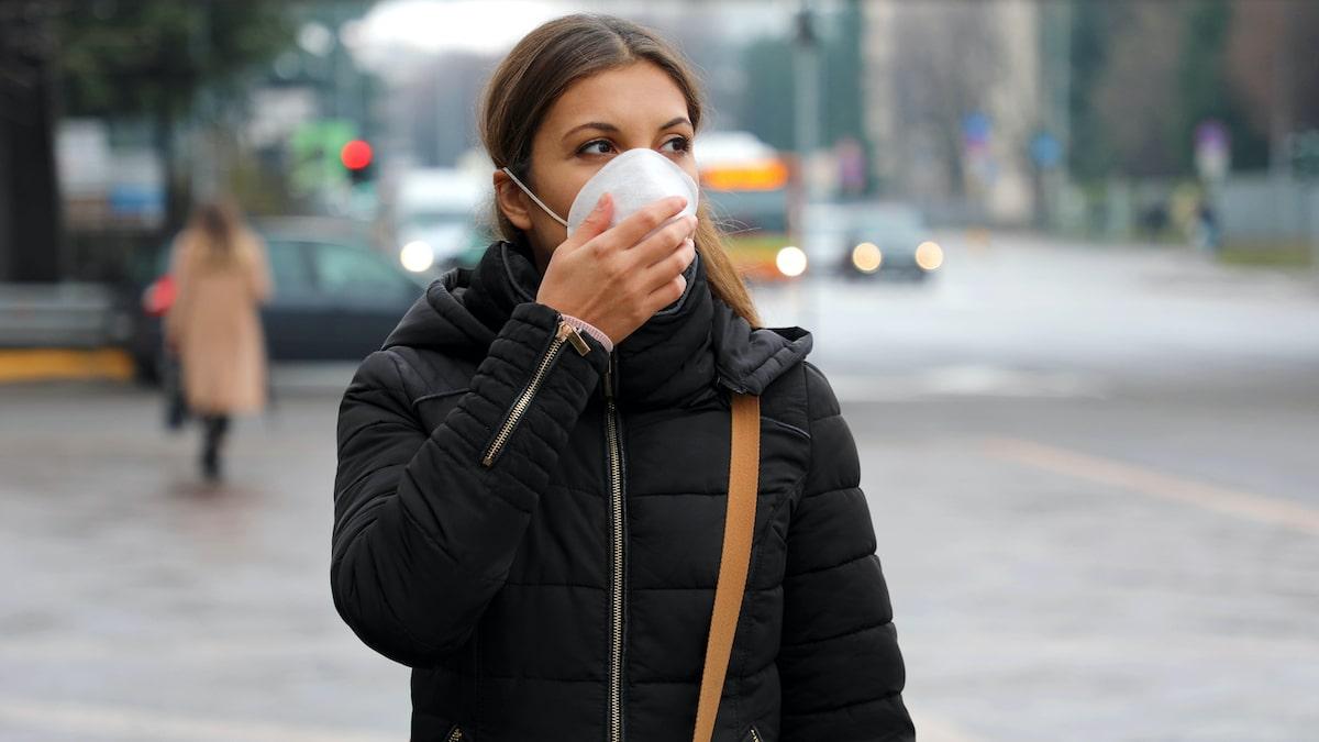 femme portant un masque dans la rue