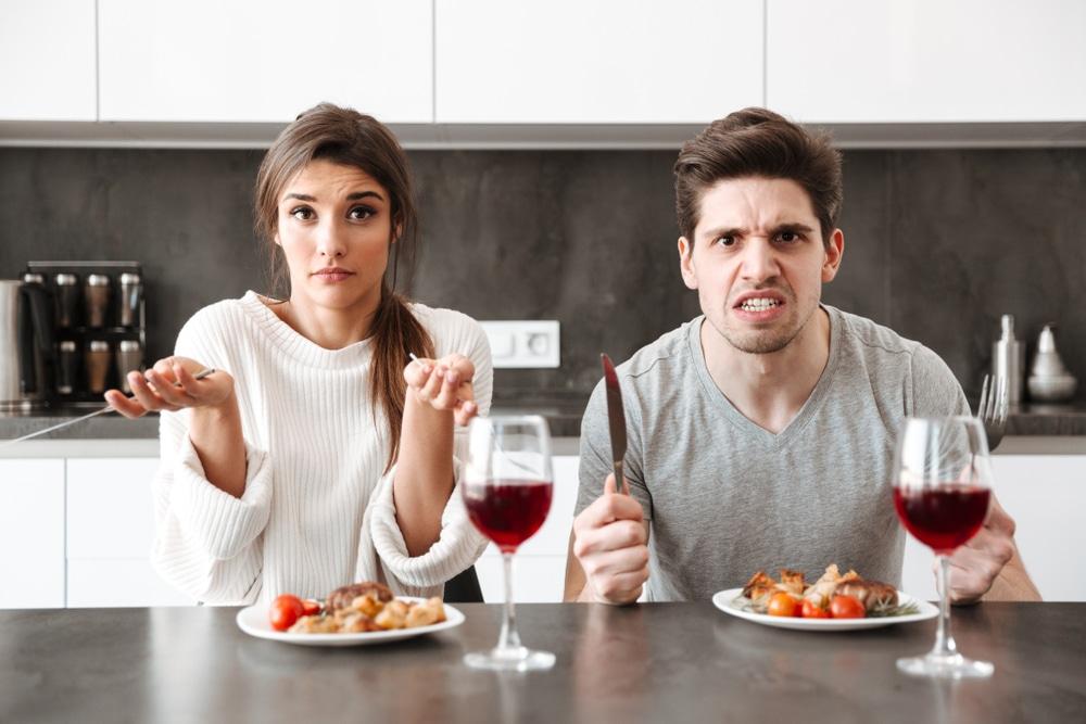 homme en colère qui dine avec sa femme