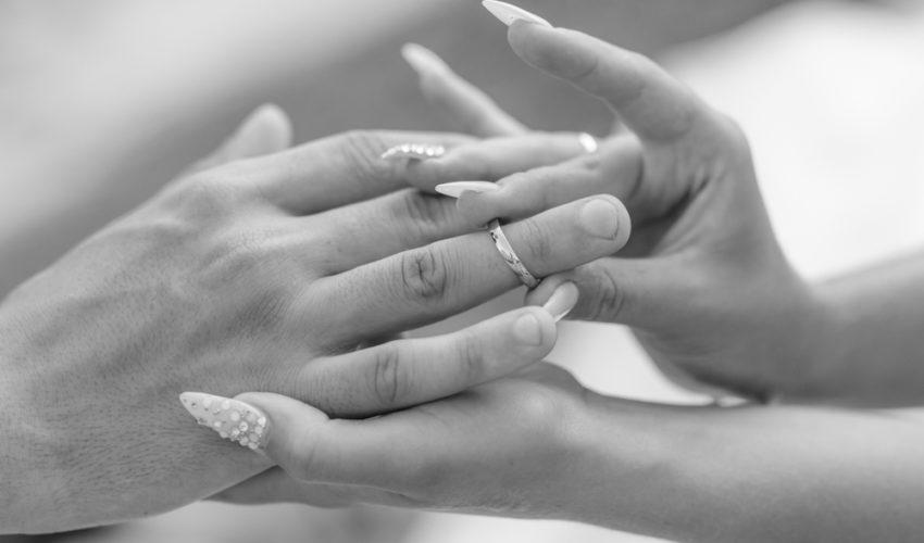 femme qui met une alliance a son mari