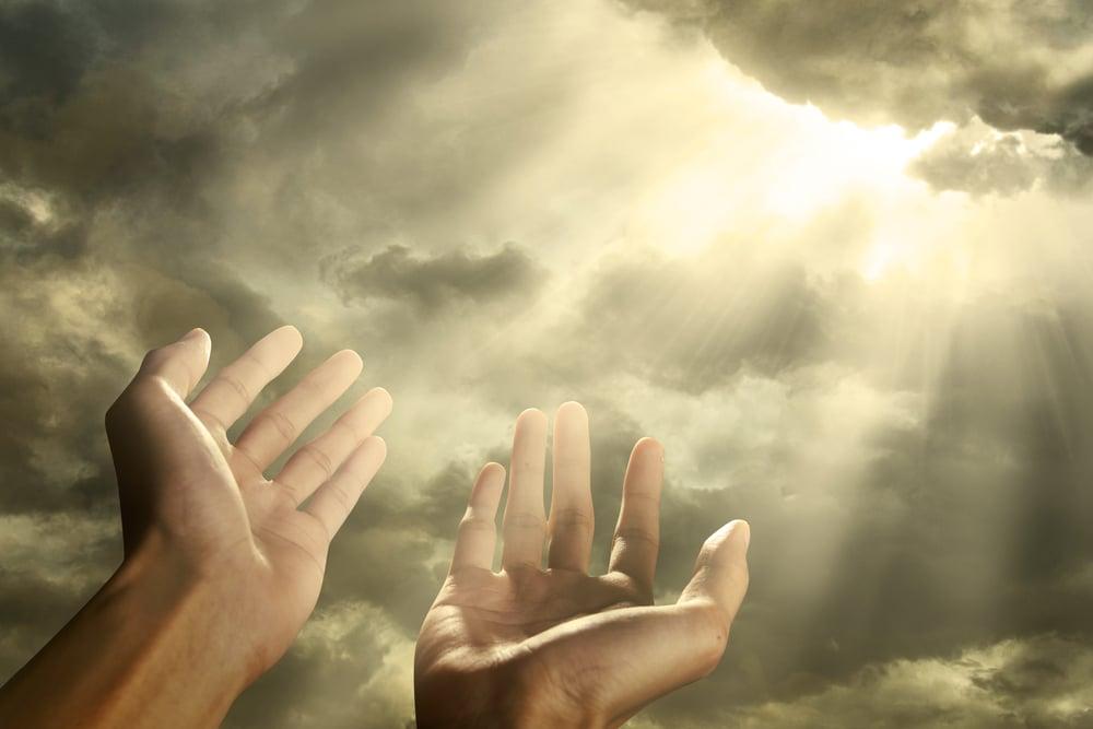 Main tendu vers le ciel
