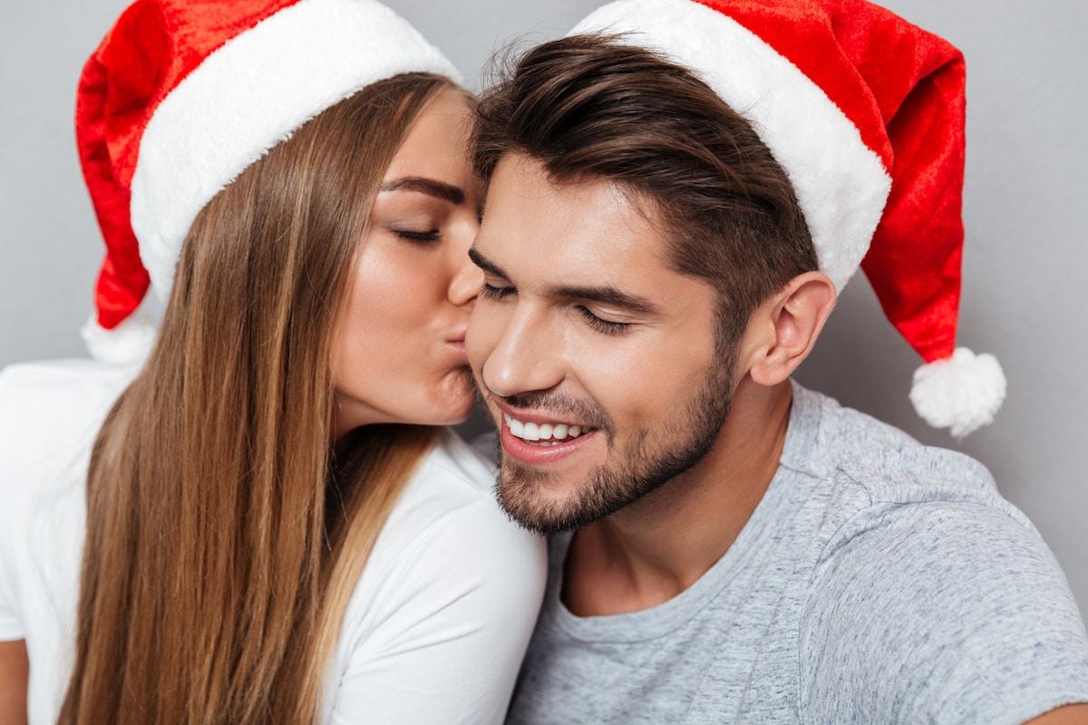 jeune couple amoureux à noel