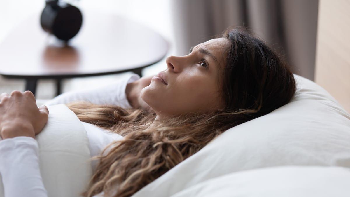 Femme triste allongé sur un lit