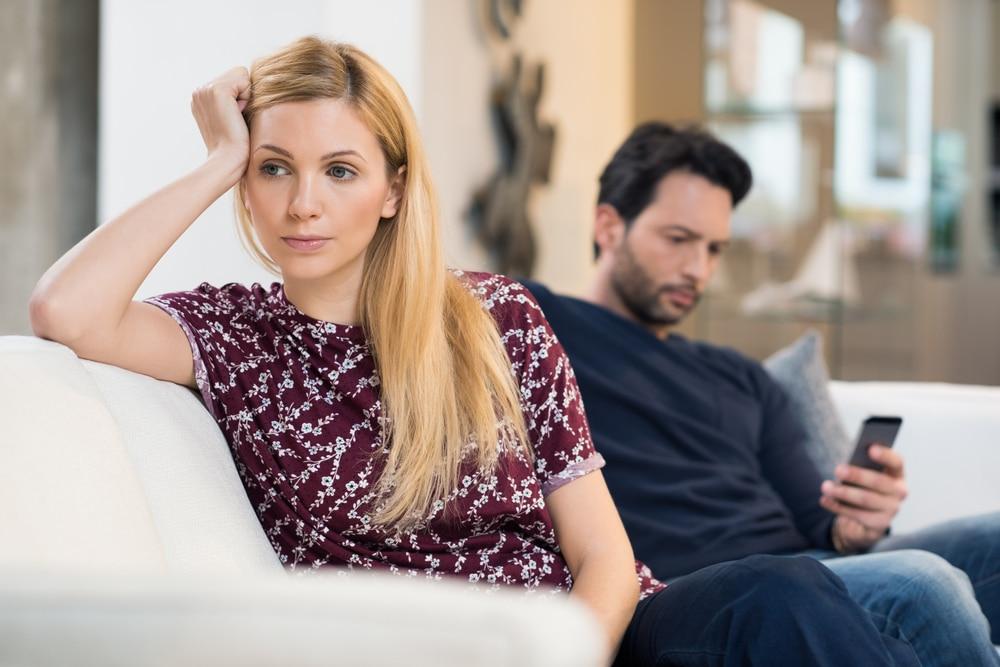 couple qui s'ignore sur un canape