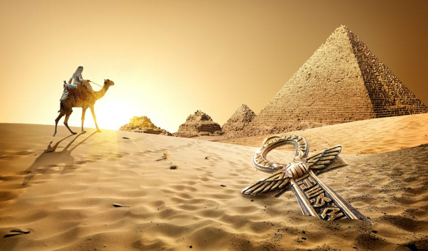 croix ankh devant des pyramides