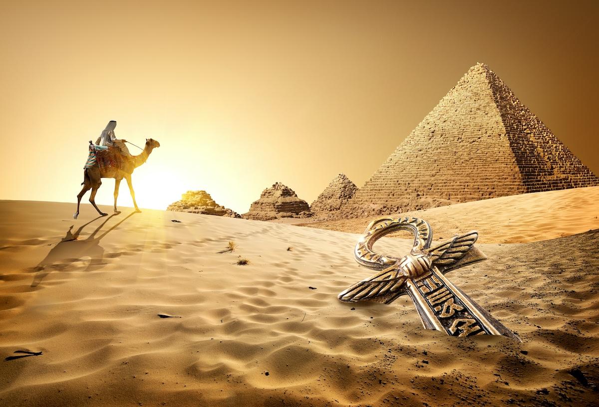 croix Ânkh devant des pyramides