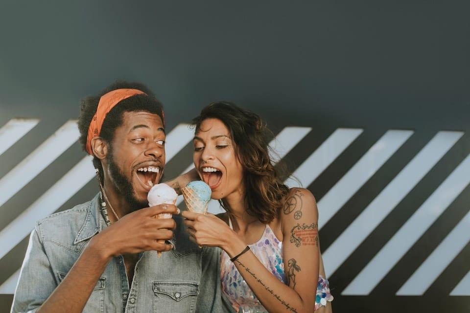 couple amoureux qui mangent une glace