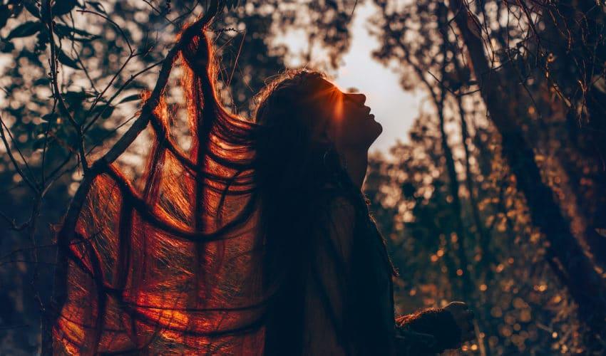 femme dans une clairiere regardant le ciel