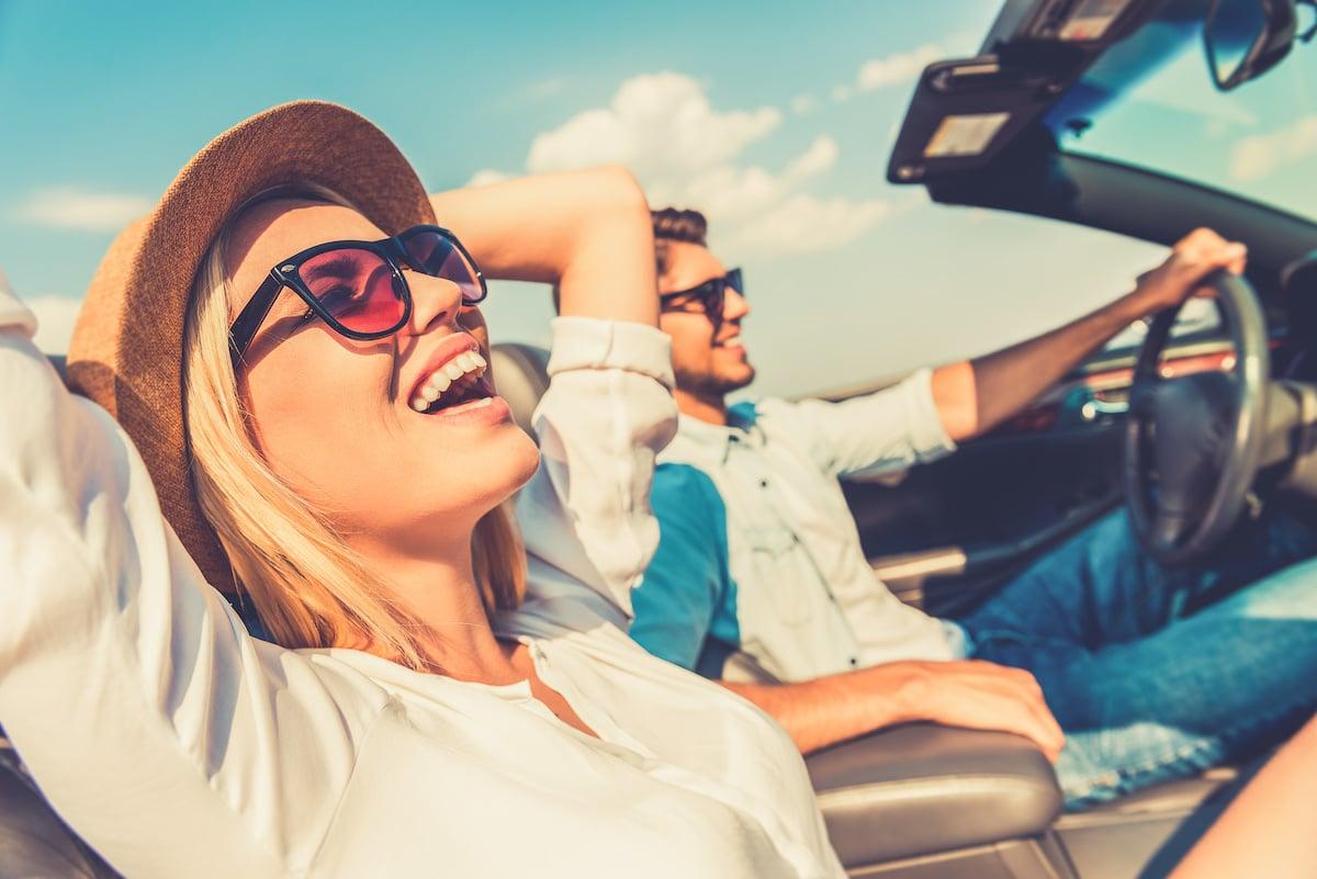 couple heureux en cabriolet
