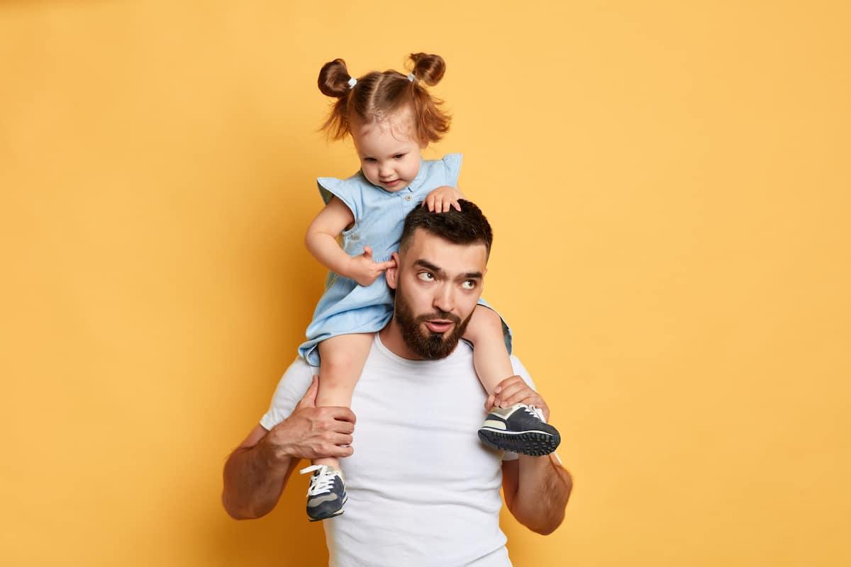 pere qui porte sa fille sur ses épaules