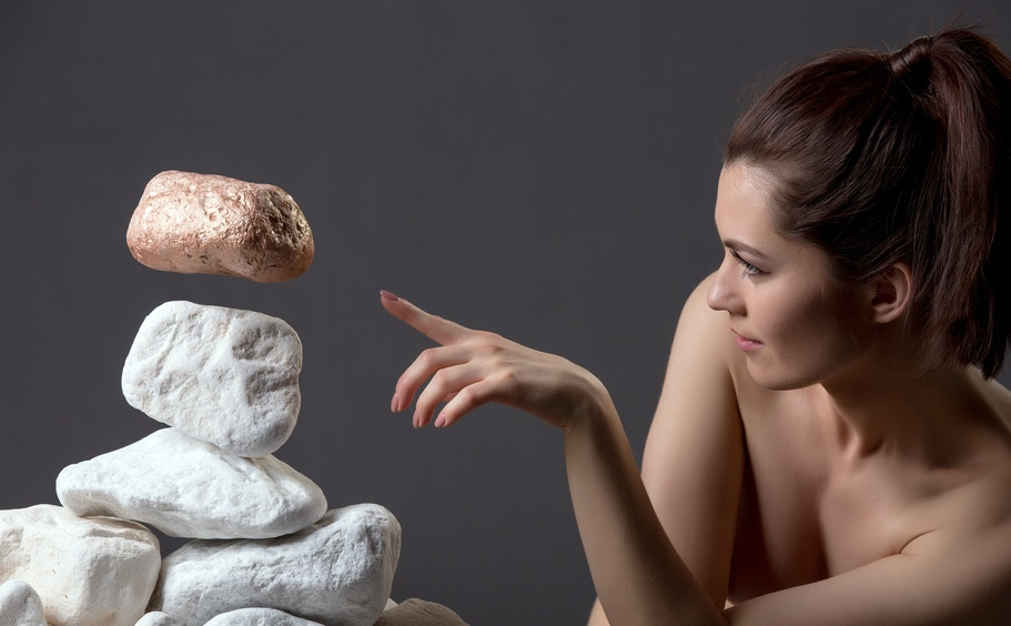 femme pratiquant la telekinesie