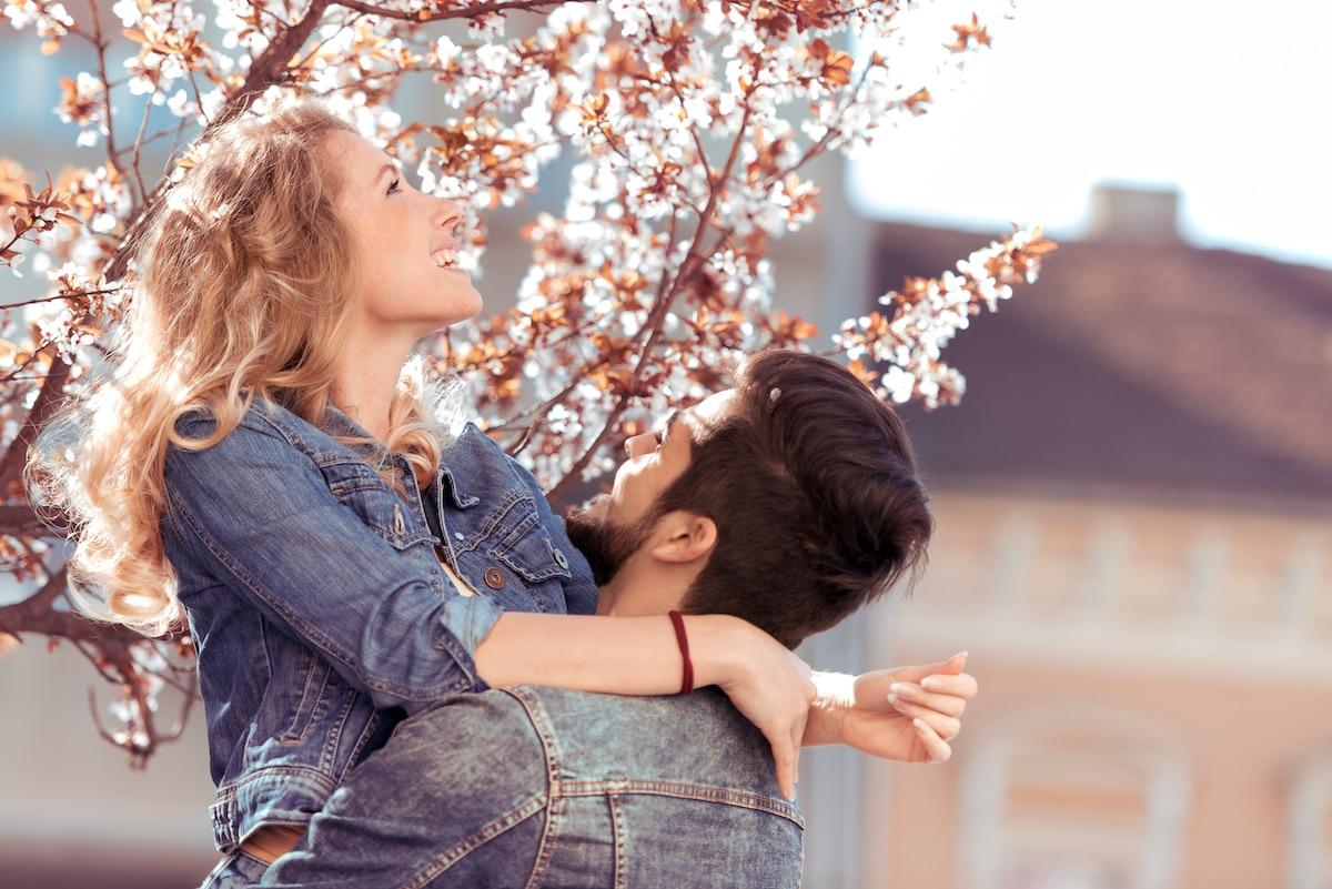 couple heureux au printemps