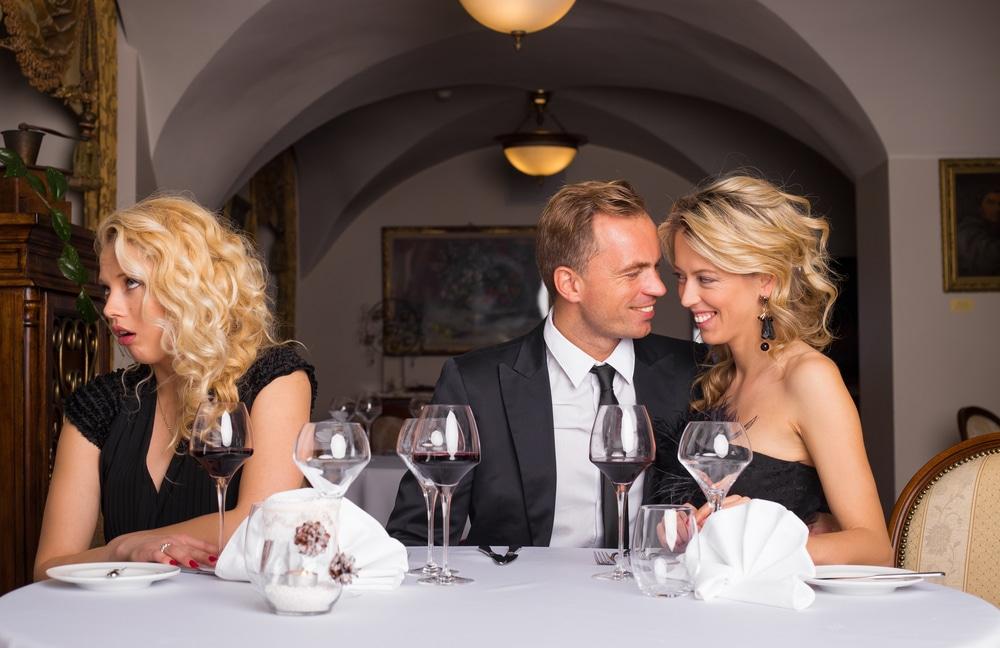 femme célibataire exaspérée en regardant un couple