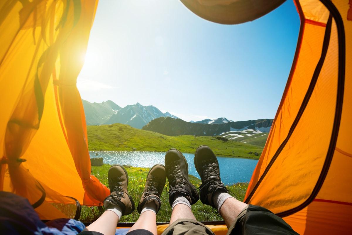 couple sous une tente devant un lac