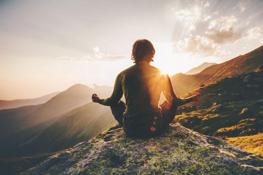 homme en position de meditation