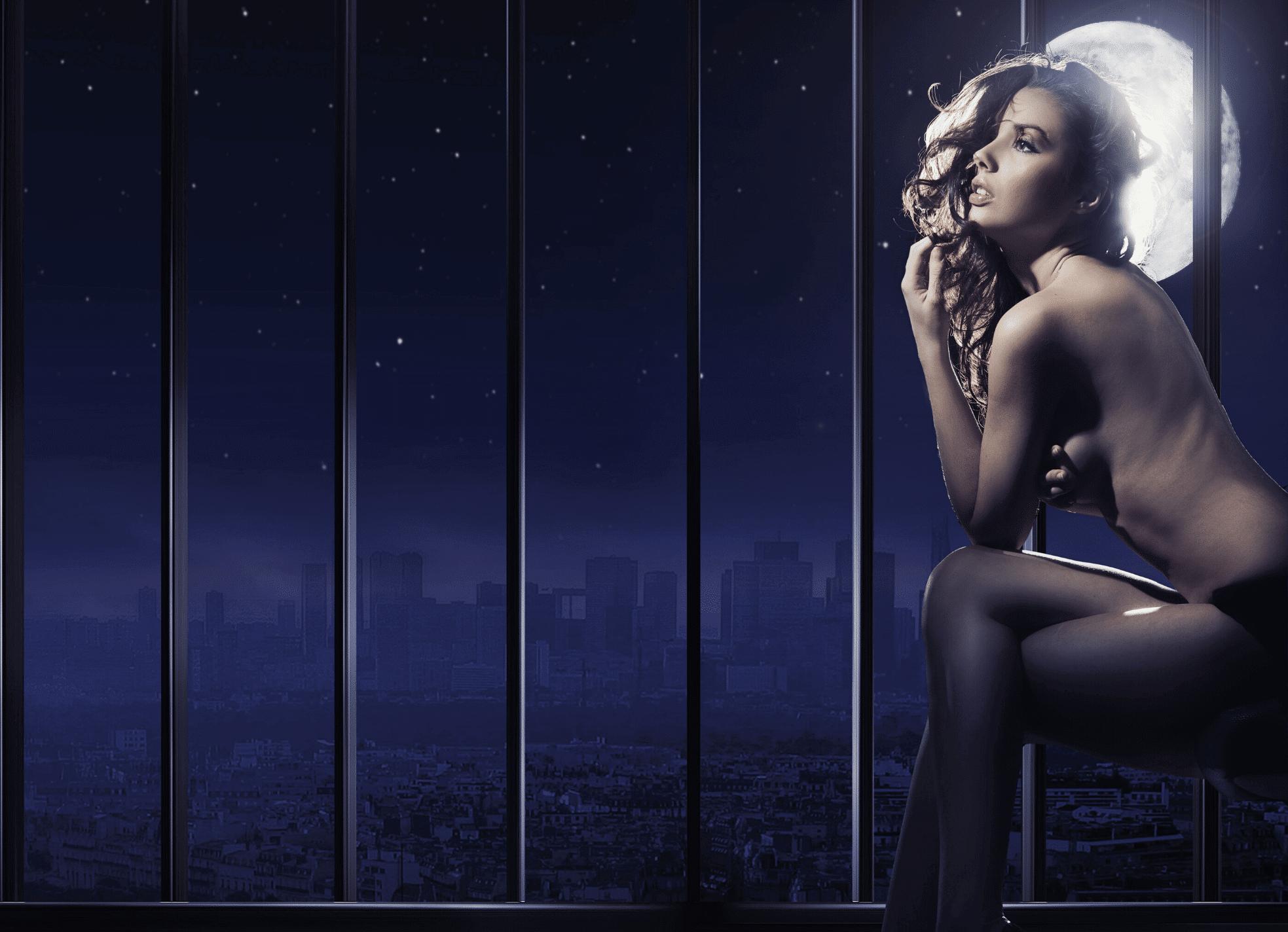 femme nue éclairé par la lune