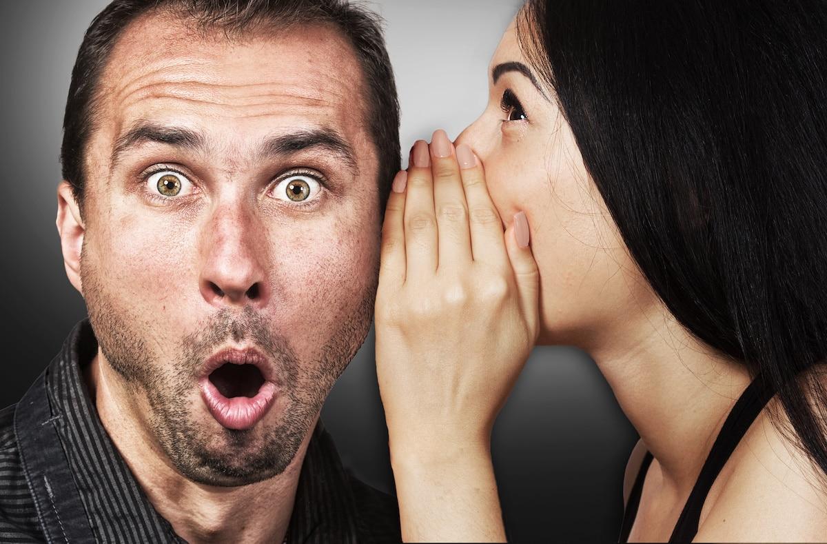 femme qui parle dans l'oreille de son mari
