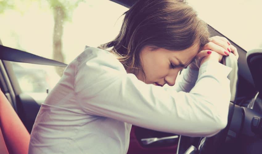 femme contrarié en voiture