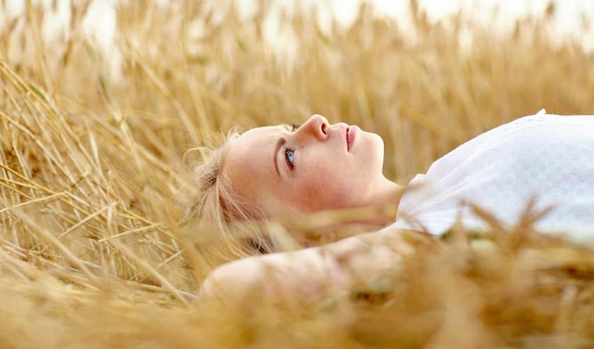 femme allonge dans un champs