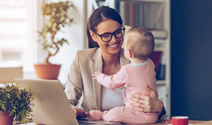 mere avec son enfant au bureau