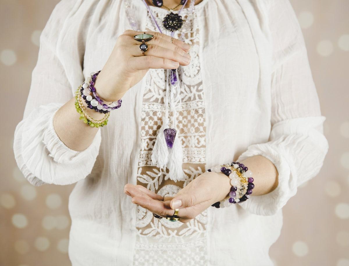 femme qui utilise un pendule divinatoire
