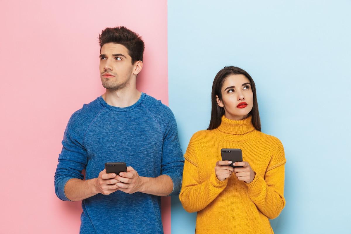 jeune couple interrogatif