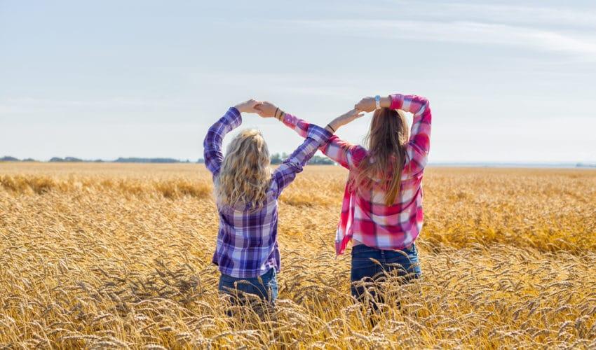 deux amis faisant le signe infini