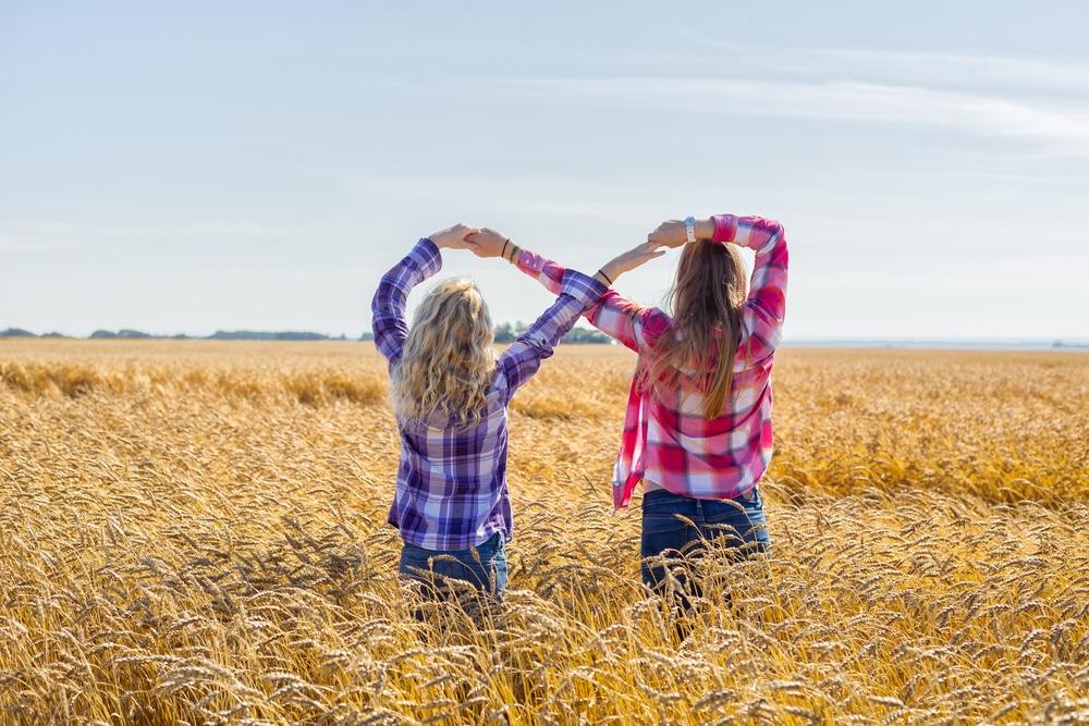 deux amies faisant le signe infini
