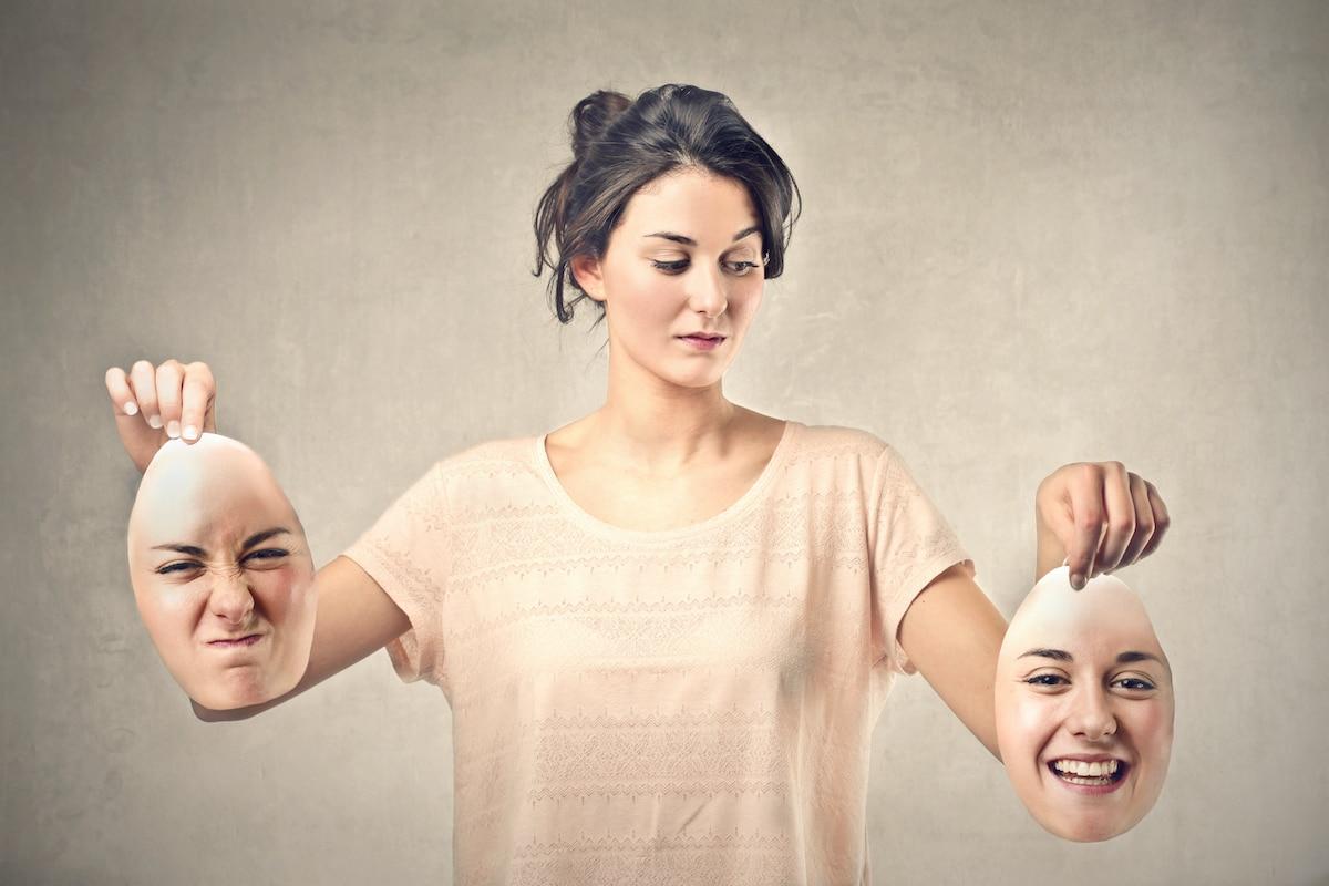 Femme tenant deux masques