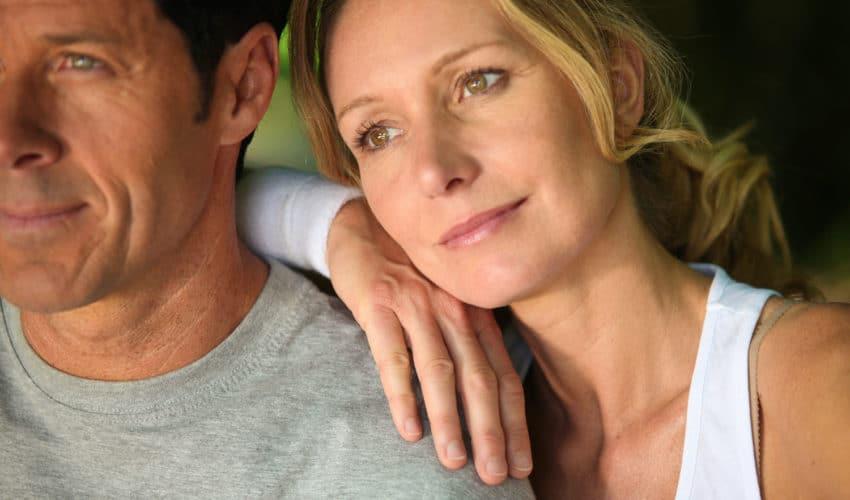 Femme pensive sur epaule de son mari