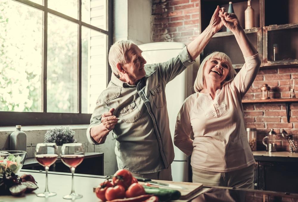 couple âgé qui danse dans la cuisine