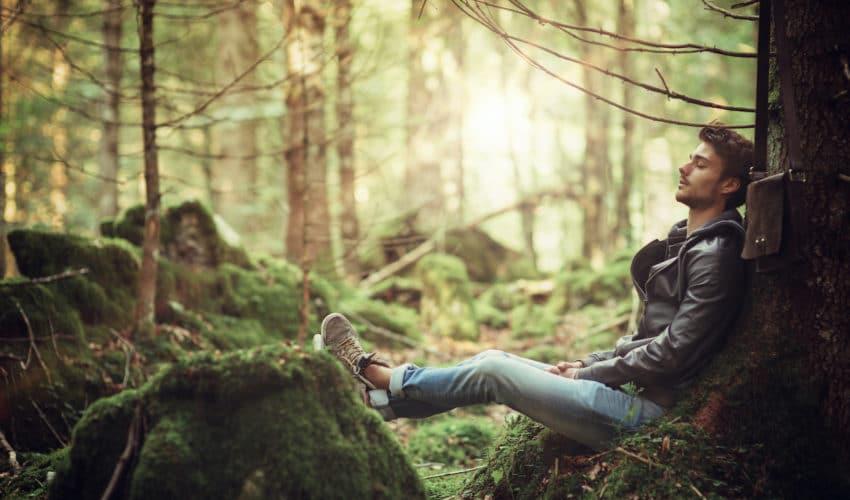 homme qui pense adossé a un arbre
