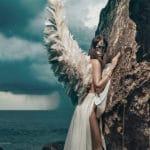 un ange ailé contre un paroi rocheuse