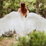 Un ange déploie ses ailes en foret