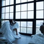 un ange ailé regardant à travers une fenêtre