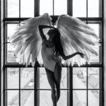 un ange ailé se tenant le visage
