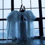 un ange ailé regardant a travers une fenêtre