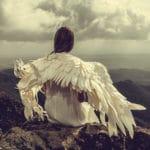 un ange assis au somment d'une montagne