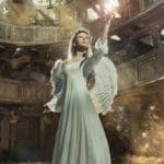 un ange ailé dans un bâtiment en ruine