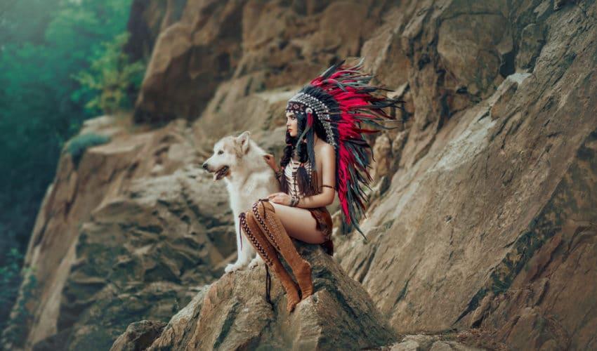 femme amérindienne caressant un loup